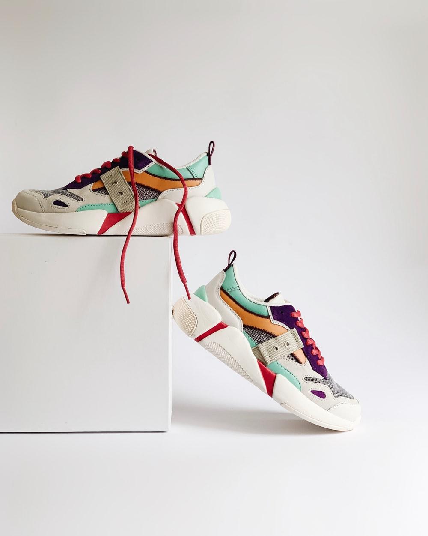 2 chiếc sneaker trắng và nguồn gốc của sneaker